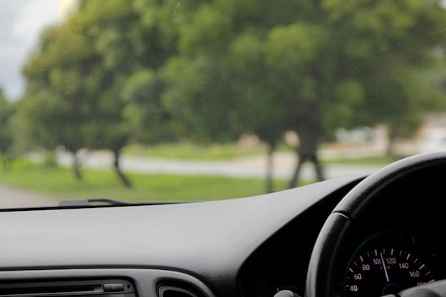 Volant à l'intérieur d'une voiture avec une belle route
