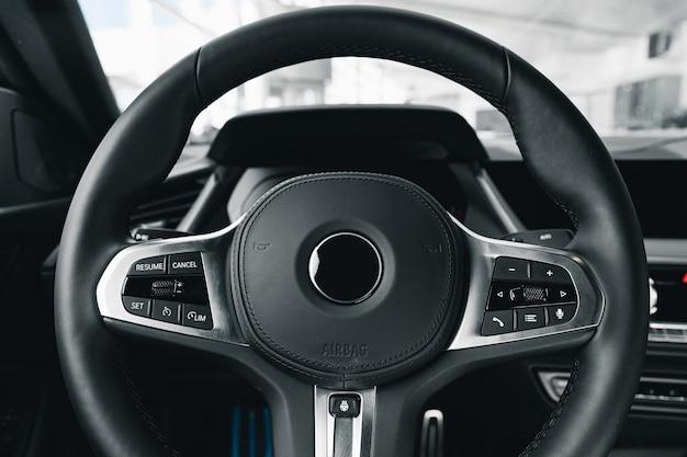 Volant d'une nouvelle voiture de luxe close up