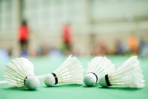 Un volant placé sur un terrain de badminton au sol vert - pour le fond sportif ou la texture.