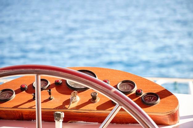 Volant avec système de navigation sur le yacht.