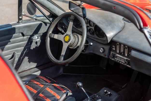 Volant avec tableau de bord à l'intérieur de la voiture vintage rouge
