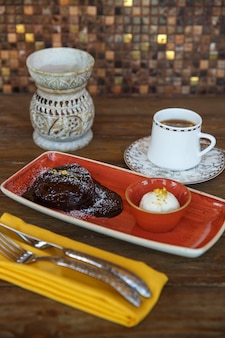 Volcan au chocolat servi avec glace à la vanille et thé