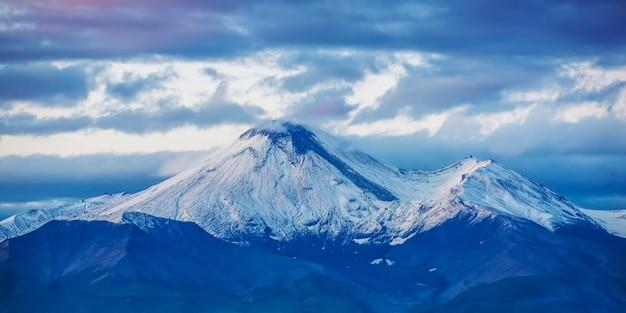 Volcan avachinsky dans la mise au point sélective de la péninsule du kamchatka