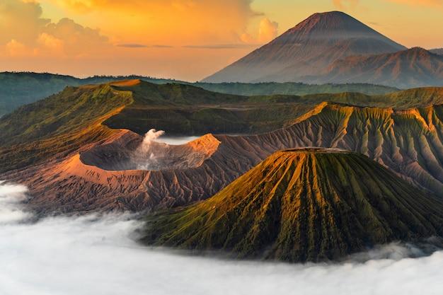 Volcan avec brouillard au coucher du soleil