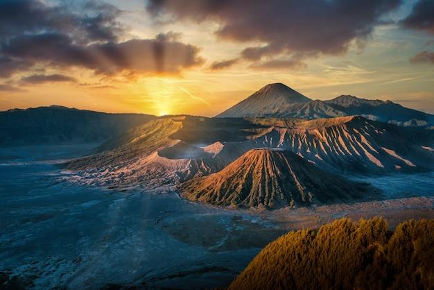 Volcan du mont bromo (gunung bromo) au lever du soleil dans le parc national bromo tengger semeru, java oriental, indonésie.