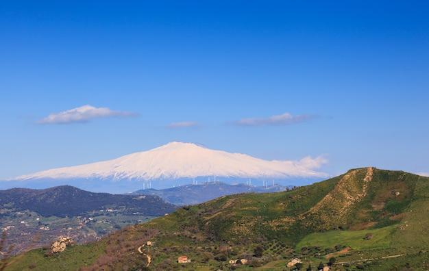 Volcan etna et champ de sicile