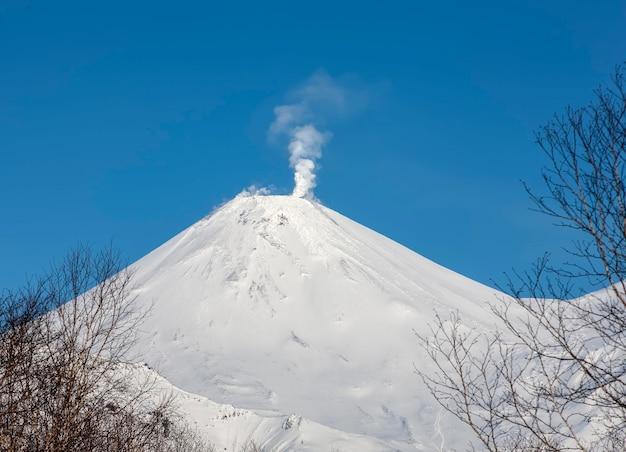 Le volcan d'hiver avachinskaya sopka. mont actif de la péninsule du kamtchatka