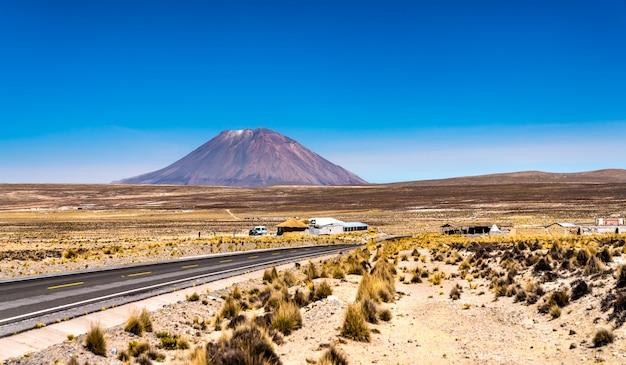Volcan misti et l'autoroute cusco - arequipa au pérou