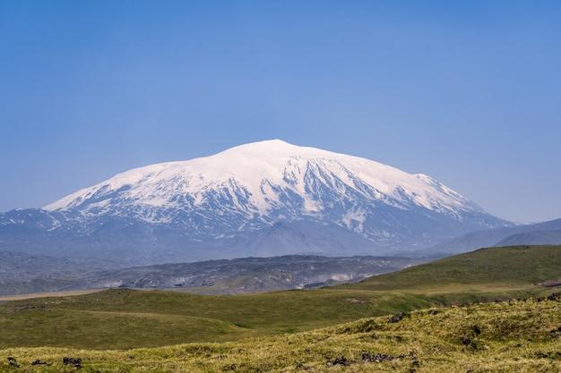 Volcan ouchkovski - un impressionnant volcan du kamtchatka, en russie