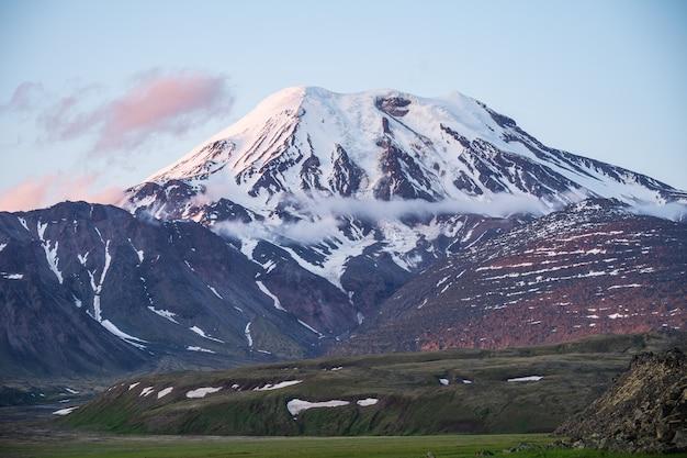 Volcan tolbachik - un volcan actif dans l'extrême est de la russie, péninsule du kamtchatka