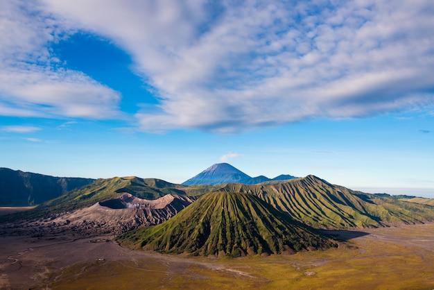 Les volcans du mont bromo dans le parc national de bromo tengger semeru, java oriental, indonésie.