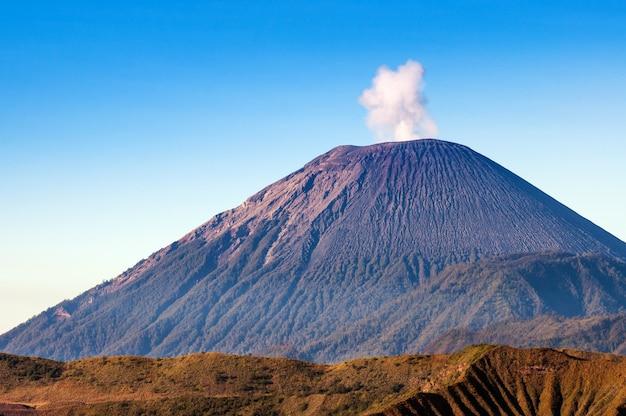 Les volcans du mont semeru dans le parc national de bromo tengger semeru, java oriental, indonésie.