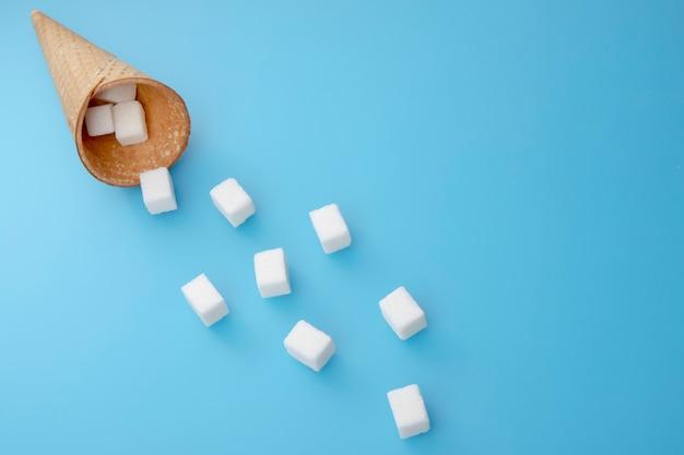 Voler des cubes de sucre du cornet de crème glacée.