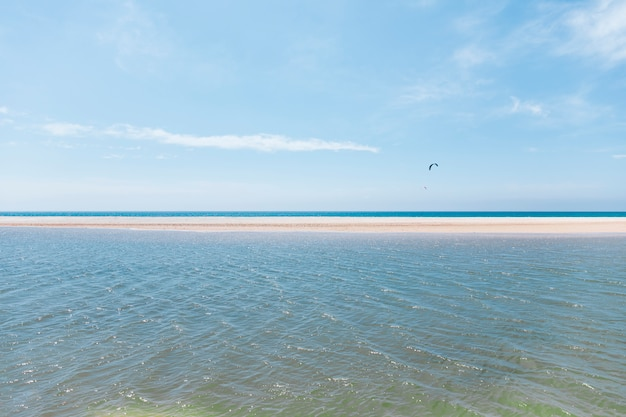 Voler en parachute sur un bord de mer exotique