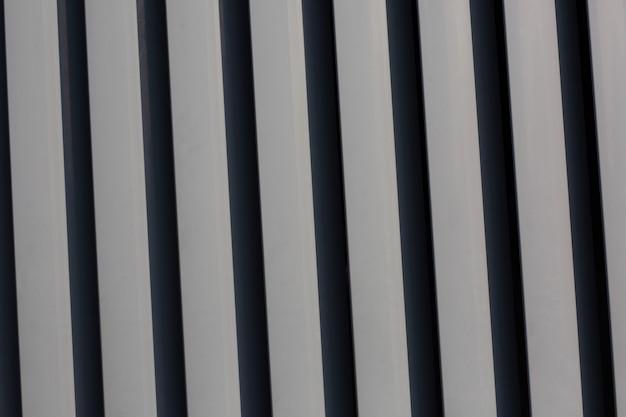 Volets métalliques verticaux gris à la rue. photo en gros plan