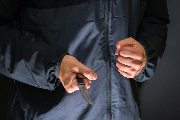 Voleur de rue avec un couteau - personne tueuse avec un couteau tranchant sur le point de commettre un homicide.