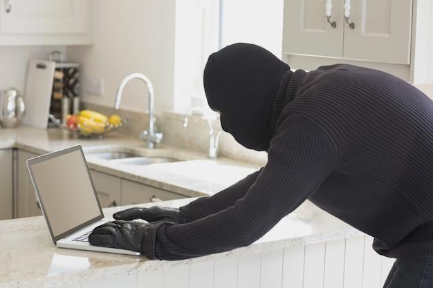 Voleur utilisant un ordinateur portable