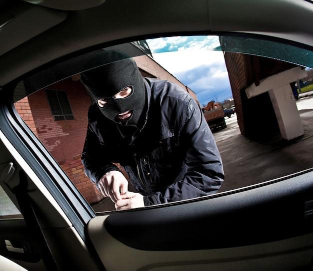 Voleur et le voleur détourne la voiture