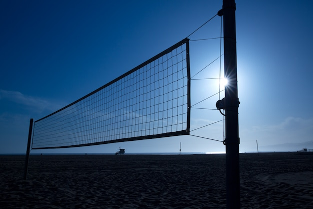 Voley de plage net à santa monica au coucher du soleil en californie