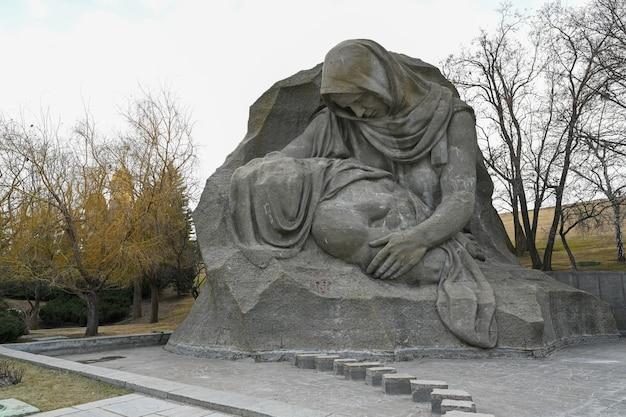 Volgograd, russie - 12 juin 2021 : sculpture de mère en deuil au complexe commémoratif commémorant la bataille de stalingrad sur la colline de mamayev.