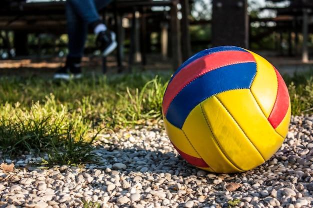Volley-ball et jambes d'un joueur en pause. le plaisir du sport et des jeux de plein air.