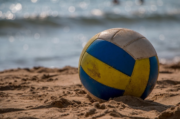 Volleyball sur sable jaune sur une plage déserte au crépuscule
