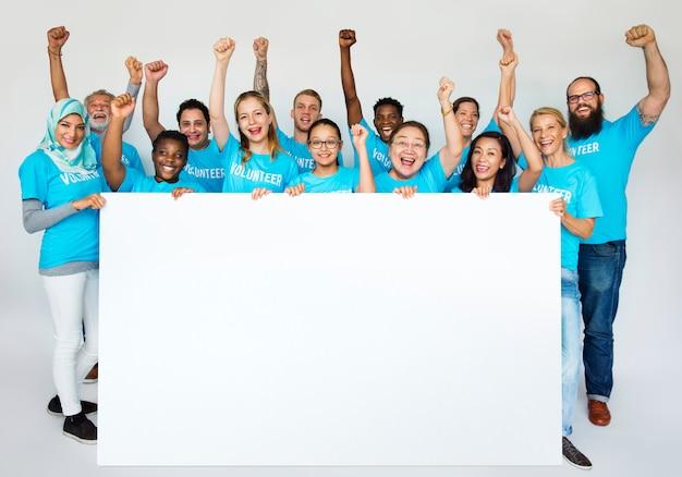 Volontaires aidant pour la charité
