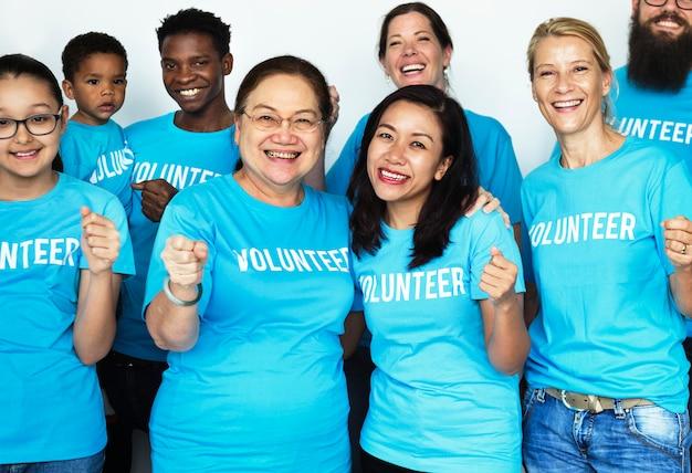 Des volontaires heureux unis