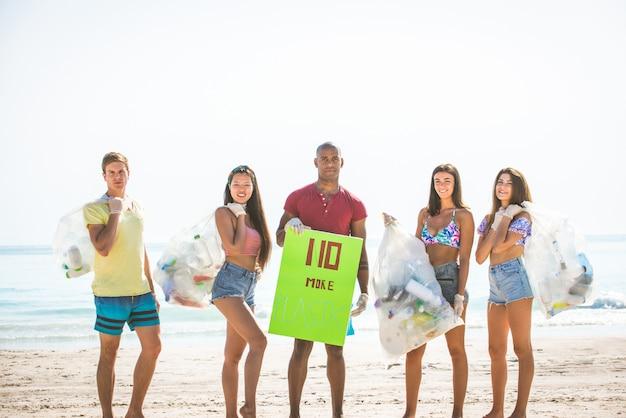 Volontaires ramassant du plastique sur la plage