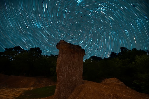 Vortex night exposure star trails of the sky dans le parc forestier de phae mueang phi