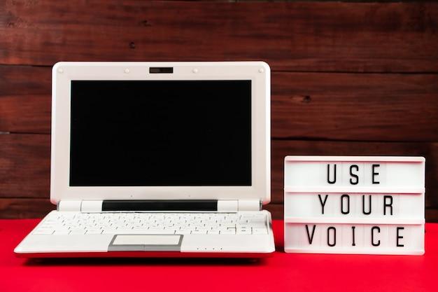 Vote en ligne. ordinateur portable et bloc-notes sur un rouge