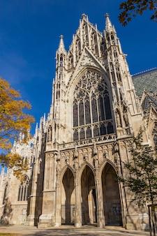Votivkirche célèbre façade de l'église gothique et ciel bleu à vienne, autriche