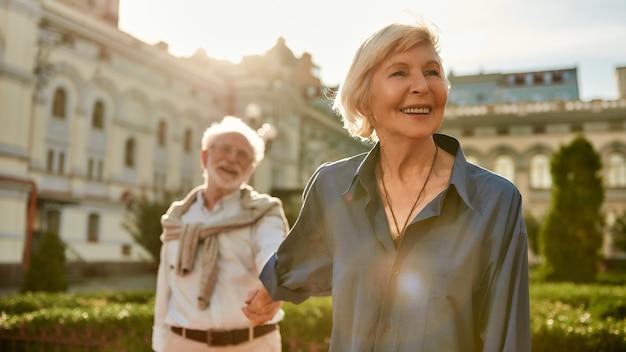Votre amour est tout ce dont j'ai besoin d'un beau et heureux couple de personnes âgées se tenant la main et souriant tout en dépensant