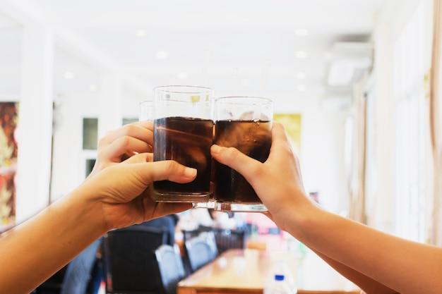 À votre santé! groupe de personnes acclamant avec boisson au restaurant