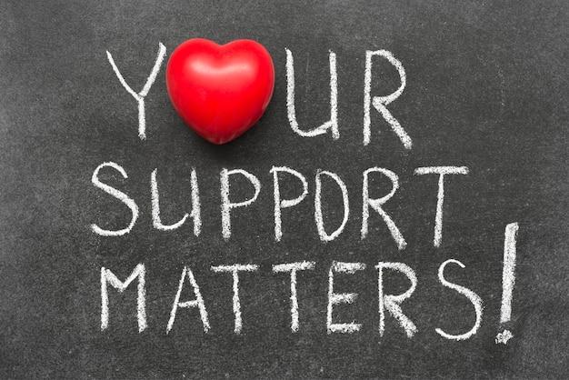 Votre soutien compte une exclamation manuscrite sur un tableau avec le symbole du cœur au lieu de o
