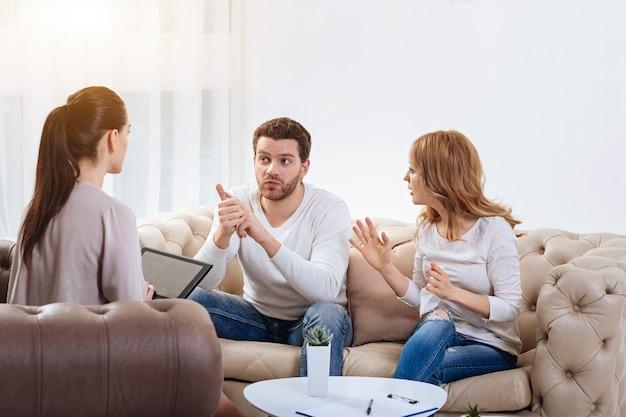 Vous avez tort. angry nice jeune femme regardant son mari et gesticulant tout en lui disant quelque chose