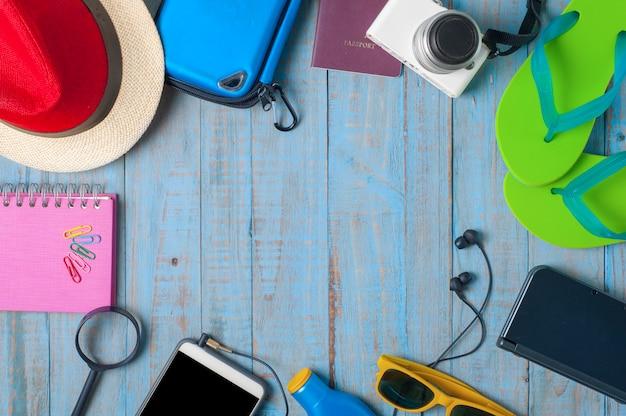Voyage, accessoires d'été sur bois bleu
