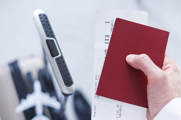 Voyage d'affaires. homme avec un passeport, un billet et des bagages