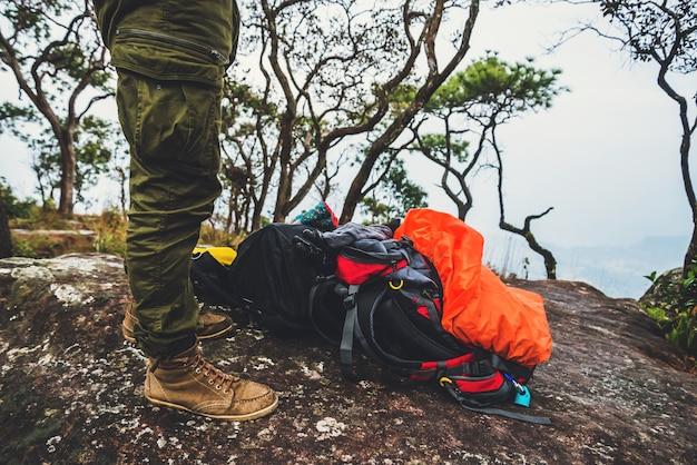 Voyage de bagages nature. voyage relax. bagages mis sur les rochers. marcher dans la forêt. thaïlande