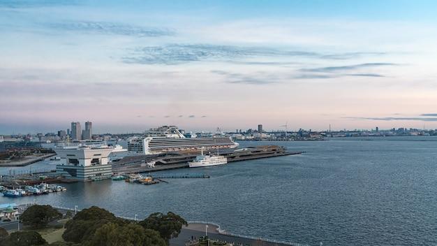 Voyage en bateau de croisière en yacht au port maritime