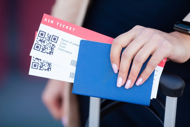 Voyage. closeup, fille, passeports, carte d'embarquement, à, aéroport