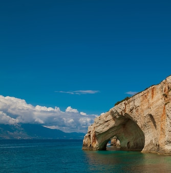 Voyage et concept touristique - grottes bleues sur l'île de zakynthos, grèce