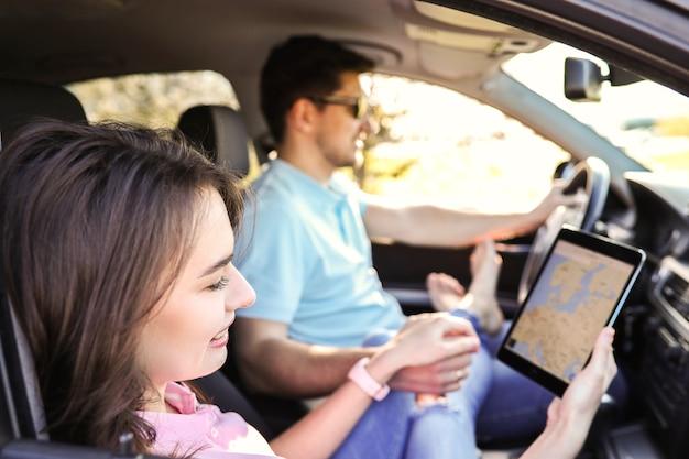 Voyage. couple voyage dans la voiture