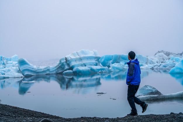 Voyage dans la lagune glaciaire de jokulsarlon en islande.