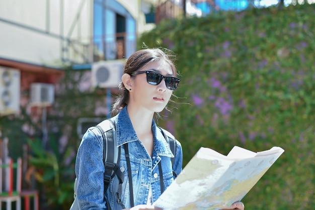 Voyage et détente concepts, les touristes prennent des photos dans la ville.