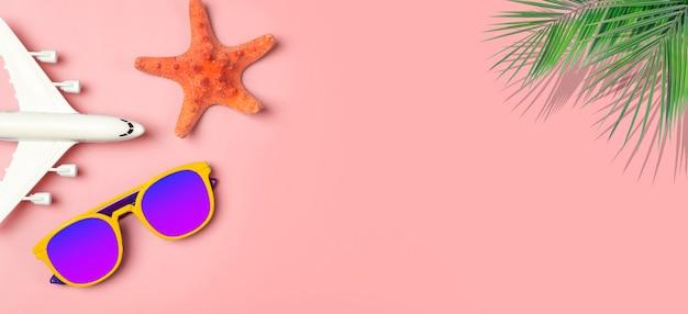 Voyage été fond lunettes de soleil palmier feuilles tropicales avion et accessoires de plage sur fond coloré...