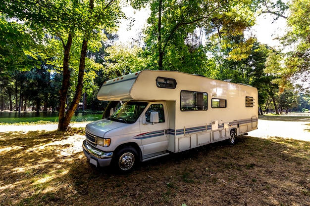 Voyage en famille dans un camping-car en forêt ou dans un parc dans le sud du chili