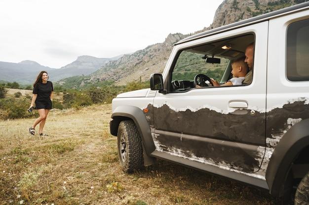 Voyage en famille heureux en voiture dans les montagnes