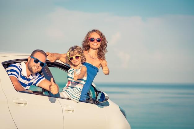 Voyage en famille heureux en voiture les gens s'amusant sur la plage concept de vacances d'été