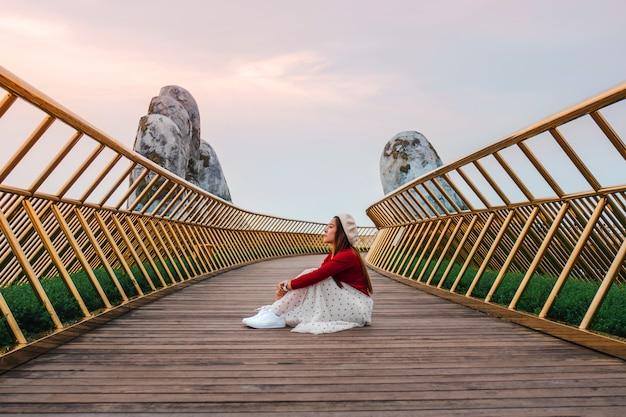 Voyage femme au golden bridge à ba na hills, danang, vietnam